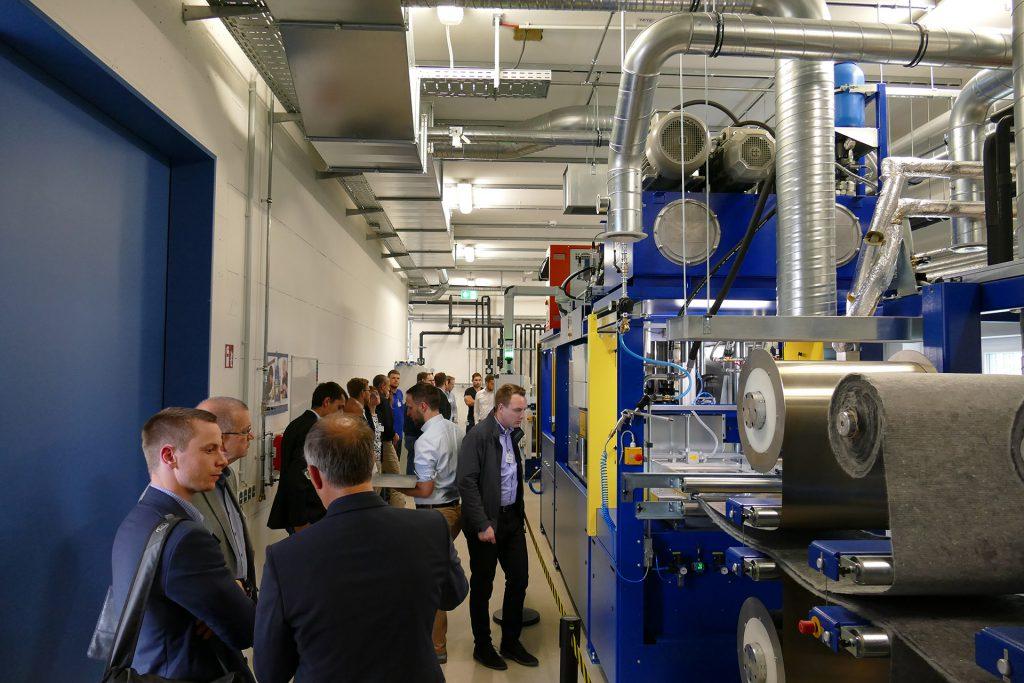Highlight des Tages: Die Inbetriebnahme der Intervallheißpresse aus dem Hause Rucks Maschinenbau GmbH.