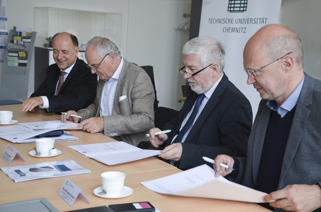 Die Leiter der beteiligten Partnereinrichtungen besiegelten mit ihrer Unterschrift die Kooperation (v.l.): Prof. Dr. Lothar Kroll (IST), Andreas Berthel (STFI), Hans-Jürgen Heinrich (Cetex), Prof. Dr. Welf-Guntram Drossel (Fraunhofer IWU). Foto: Diana Ruder