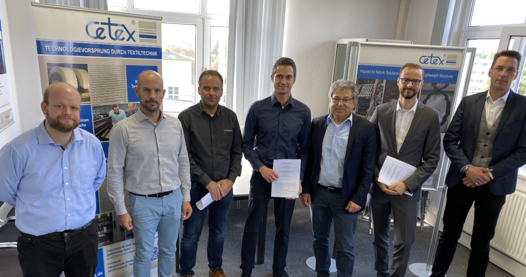 Die Partner nach der Unterzeichnung (v.l.n.r.: Falk Mehlhorn (Cetex), Florian Mitzscherlich (The FilamentFactory), Matthias Hess (The FilamentFactory), Sebastian Nendel (Cetex), Yasar Kiray (The Filament Factory), Sebastian Iwan (thermoPre ENGINEERING), Sven P. Fritz (The FilamentFactory))